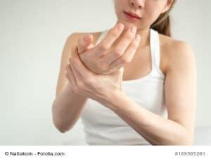 Schnappfinger – Ursachen und Gegenmittel