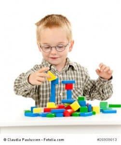Kind baut mit Bausteinen