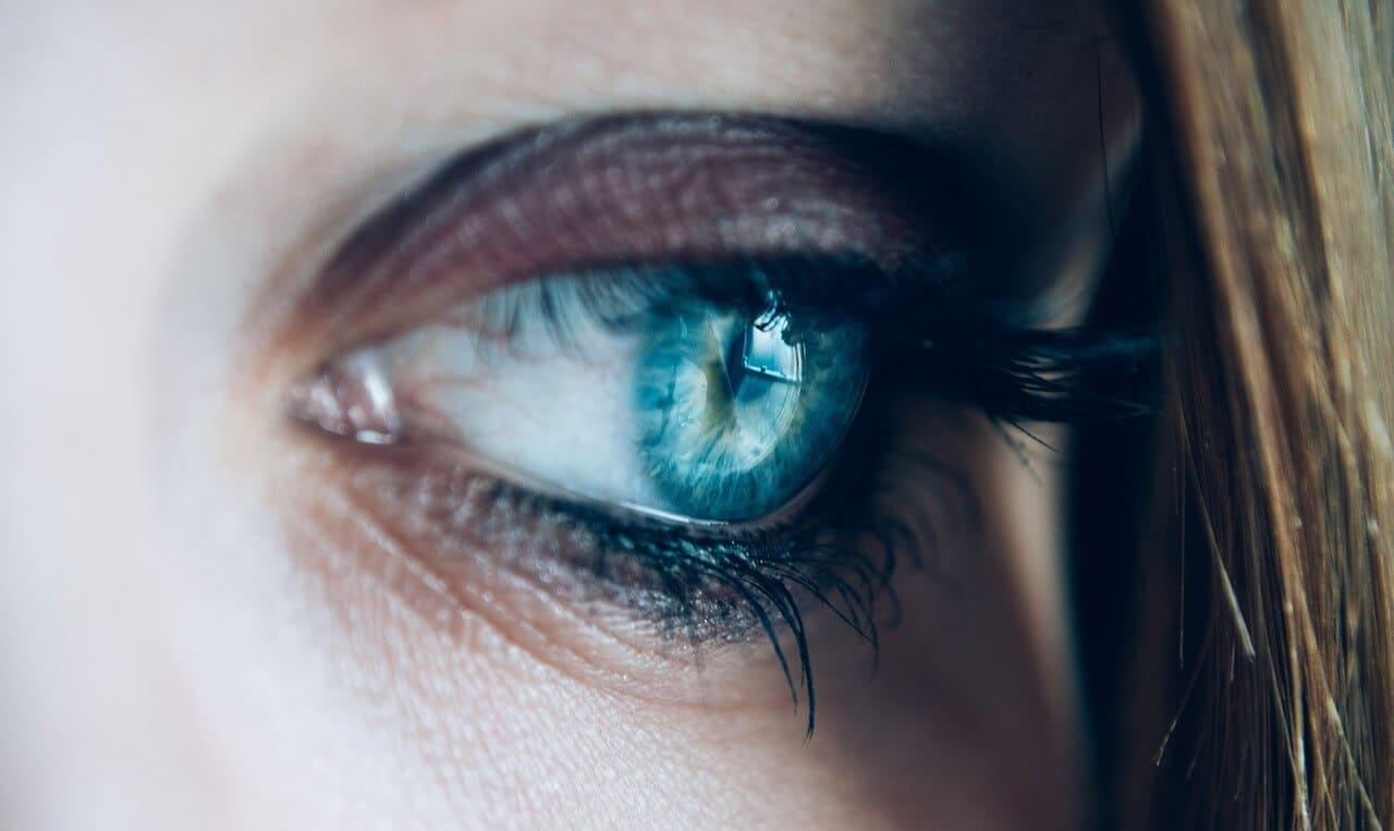 Große pupillen blaue augen