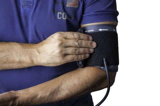 Blutdruckmanschette am Oberarm