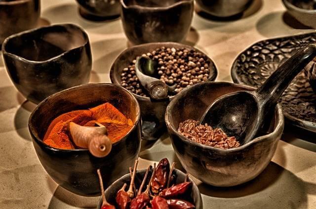 Gewürze in Schalen als Alternative zum Salz