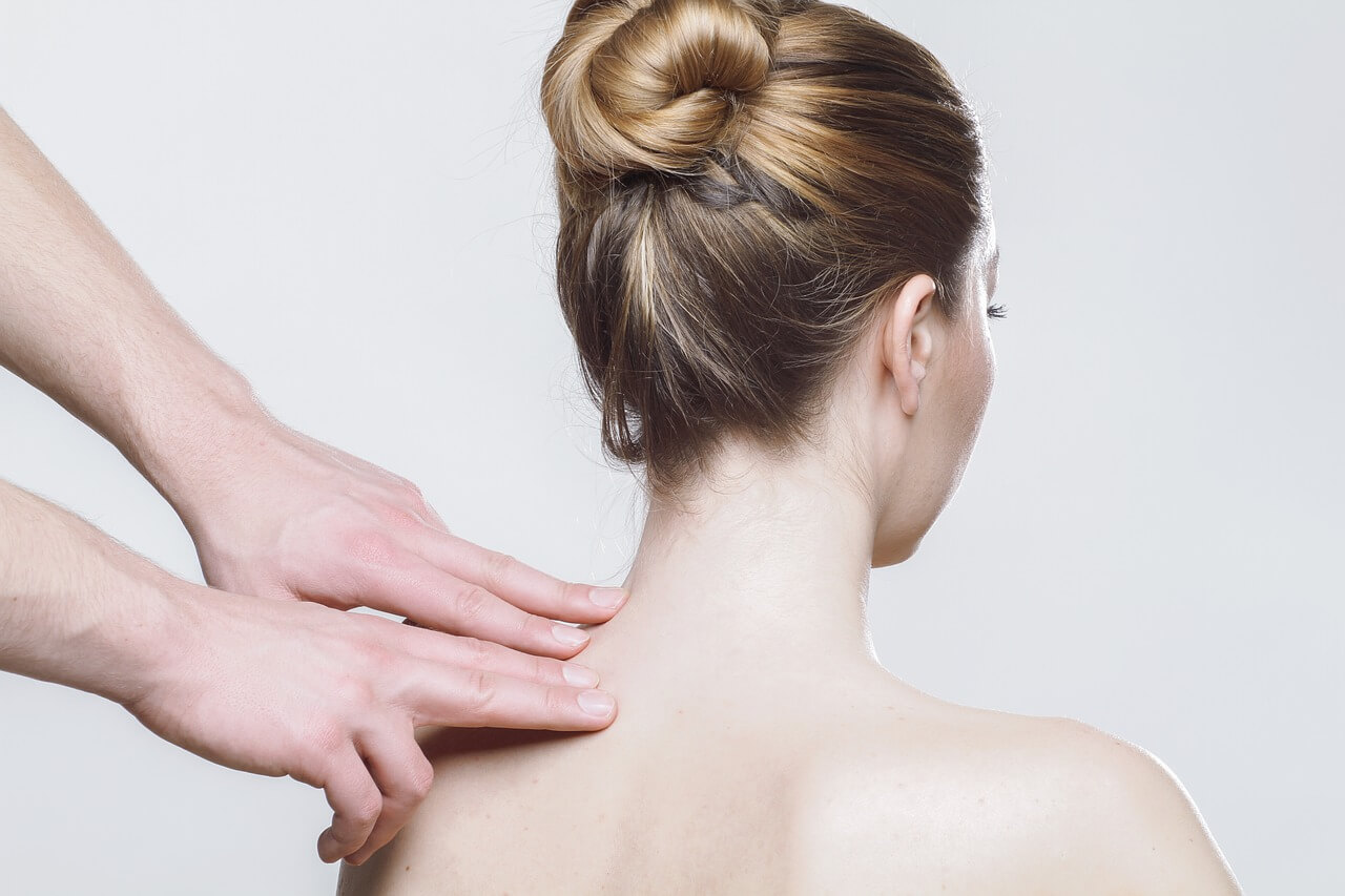 Schmerzen im mittleren Rücken: 4 Ursachen & Lösungsstrategien